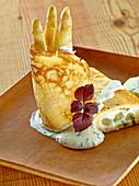 Crepes mit weißem Spargel und Bärlauchcreme