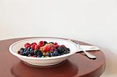 Naturjoghurt mit hausgemachtem Olivenöl-Granola und gemischten Beeren