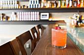 Kill Bill Cocktail mit Gin, Erdbeersaft, Erdbeerlikör, Rosensirup, Zitronensaft und Zuckersirup