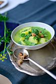 Barbarakresse-Suppe mit Kartoffeln und Croutons