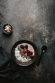 Smoothie Bowl mit Beeren und Chiasamen