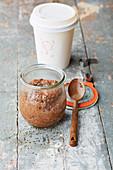 Schokoladen-Kaffee-Creme mit Chiasamen im Glas