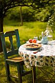 Obstpie auf Gartentisch