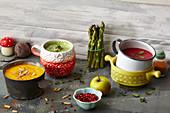Drei gesunde Gemüsecremesuppen in Tassen