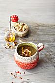 Tassensuppe Bittersweet: Suppe mit Grünkohl, Bitterorangen und Cashew