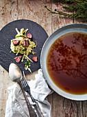 Rehfilet mit Spitzkrautsalat und klarer Pilzsuppe