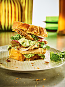 Pulled-Chicken-Sandwich mit Kräuter-Senf-Quark