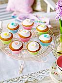Cupcakes mit Zuckerblumen zur Teatime