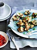 Frikadellen aus Schweinefleisch, Garnelen und Tofu mit scharfer Chilisauce