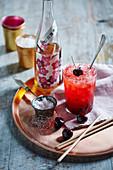 Cocktail mit Umeshu auf Tablett