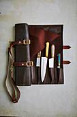 Handgefertigte Taschenmesser in rollbarem Lederetui der Marke 'Maka'