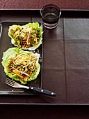 Massaman-Salat im Eissalatblatt