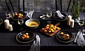 Knuspriges Polenta-Fondue auf winterlich gedecktem Tisch