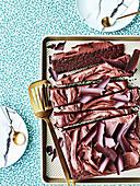 Schokoladenkuchen mit Schokoladenblättern und Sauerrahm-Frosting (Texas)