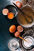 Backstilleben mit Eiern und Mehl (Aufsicht)