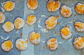 Frisch gebackene Scones auf Backpapier (Aufsicht)