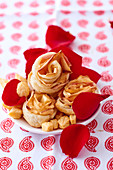 Apple roses: shortcrust pastries with rose shaped apple slices
