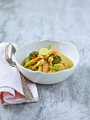 Yellow curry with tempeh, cashew nuts and vegetables