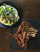 Marinierte Lammbrust mit Blumenkohlpüree und Spinat-Spitzkohl-Salat