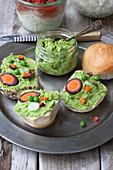 Erbsen-Hummus mit Karotten und Frühlingszwiebeln
