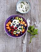 Süsse Obst-Bowl mit Minzjoghurt (Low Carb)