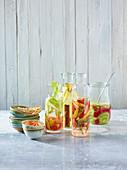 Paprika-Hummus und mit Gemüse, Obst und Kräutern aromatisiertes Wasser