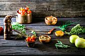 Stillleben mit Gemüse, Kräutern und Gewürzen