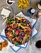 Lammkoteletts auf Grillgemüse mit Basilikum, gegrillter Zitrone, Oliven, Anchovis und Fetakäse