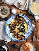 Miesmuscheln im Weisswein-Gemüse-Sud mit Mayonnaise und Knoblauchbrot