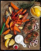 Thymian-Schweinekoteletts mit Paprika, Möhren und Süßkartoffeln