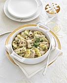 Fisch-Kartoffel-Gratin mit Pinienkernen und Petersilie