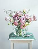 Blumenstrauß aus Rosen und Ranunkel