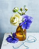Kleiner Blumenstrauß aus Ranunkel und Stiefmütterchen