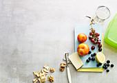 Zutaten für Obstsalat, Käse, Walnusskerne und Croutons