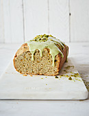 Sugar-free avocado and coconut cake with pistacho and matcha frosting