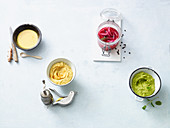 Kurkumasauce, Linsen-Hummus, Pink Onions und Avocado-Erbsen-Dip