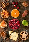 Stillleben mit verschiedenen Weihnachts-Gerichten, Wintergemüse, Beeren und Obst