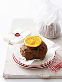 Mini Weihnachtspudding mit glasierter Orangenscheibe verziert