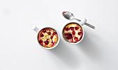 Gebackene Joghurt-Mandel-Creme mit Himbeeren