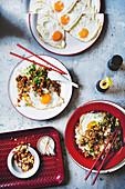 Dan-Dan-Reis mit Schweinefleisch und Spiegelei (China)
