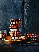 Waffel-Sandwiches mit Banoffee-Cheesecake-Füllung (Banoffle)