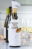 Weinflasche als Koch verkleidet
