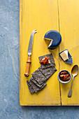 Sauerteig-Knäckebrot mit Cheddar und Tomatenchutney