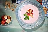 Skandinavisches Erdbeer-Kaltschale mit Kammerjunkere