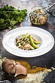 Skandinavische Ceviche von Austernpilzen und weißen Bohnen