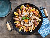 Skandinavisch-indonesische Thai-Curry-Paella mit Taschenkrebsen