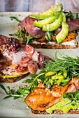 Dreierlei Smörrebröd mit Matjes und Früchten, Lachs und Tuna