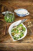 Spinatsalat mit Erbsen und Parmesan