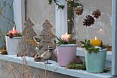 Weihnachts-Dekoration vorm Fenster