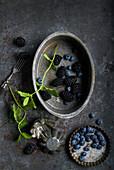 Blaubeeren, Brombeeren und Minze in Vintage Backformen
